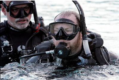 IDC-Staff-Instructor-Steve-Rubin-helping-Schumacher-establish-Bouyancy4