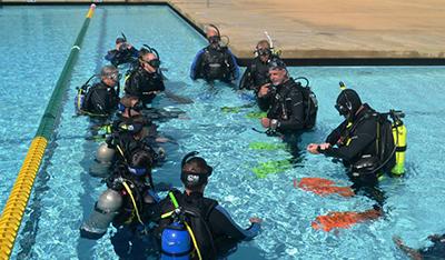 IDC-Staff-Instructors-Steve-Rubin-and-Dennis-Nies-Explaining-PADI-Open-Water-Skills4